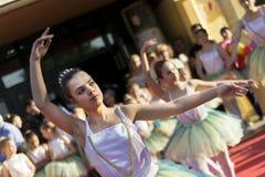 在公开阶段的年轻芭蕾舞女演员跳舞为世界天舞蹈 库存照片
