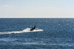 在公海的汽艇 免版税库存照片