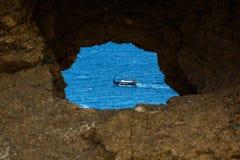 在公海的海盗船日落的 图库摄影