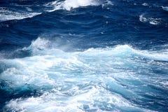 在公海的粗砺的波浪 图库摄影
