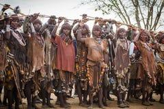 在公牛跳的仪式期间,妇女培养棍子 库存图片