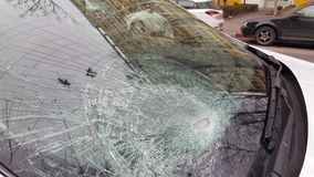 在公路事故以后的残破的汽车挡风玻璃 股票视频