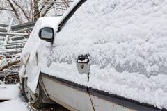在公路事故以后的汽车在车间附近的一个停车场用雪盖 安全驾驶在冬天 免版税图库摄影