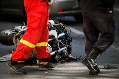 在公路事故以后的被碰撞的摩托车与汽车 图库摄影