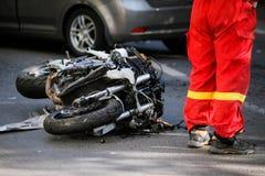 在公路事故以后的被碰撞的摩托车与汽车 库存照片
