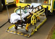 在公路交通事件的医疗盖尼式床担架 库存照片