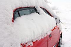 在公路交通-一辆下雪的汽车的冬天 库存图片