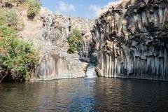 在六角形水池的小瀑布在戈兰高地在以色列 库存照片