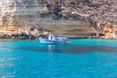 在兰佩杜萨海的小船  免版税图库摄影