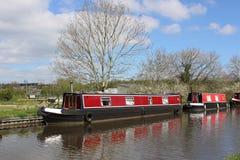 在兰卡斯特运河的红色运河船在Galgate 免版税库存图片
