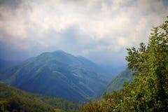在兰色薄雾的山 免版税库存图片