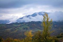 在兰色薄雾的山 库存图片