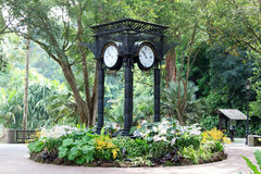 在兰花庭院附近的世界时钟在新加坡植物园里 免版税图库摄影