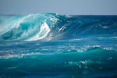 在兰萨罗特岛北部岸的大波浪  免版税库存照片