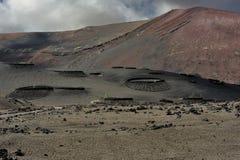 在兰萨罗特岛海岛,加那利群岛,西班牙的火山的山 免版税图库摄影