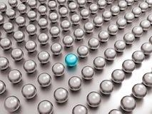 在共同性中的一颗独特的蓝色珍珠一个 免版税库存照片