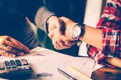在共同投资的businessmans之间的握手 免版税图库摄影