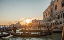 在共和国总督` s宫殿的威尼斯式日落 免版税库存图片