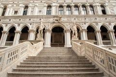 在共和国总督` s宫殿的楼梯在威尼斯 库存照片
