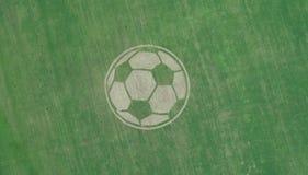 在共和国的Almetyevsk区疆土鞑靼斯坦共和国一个巨大的足球在其中一个被看见农业领域 库存照片