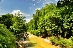 在关岛峡谷使有大岩石的山河环境美化在岸 库存图片