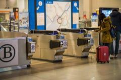在关西国际机场卖票火车门  免版税库存照片