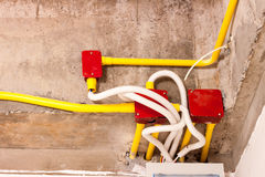 在关闭天花板前的电线在大厦 库存照片