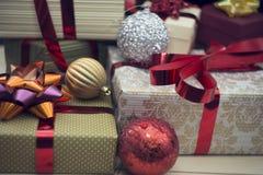 在关闭的一个礼物盒与其他礼物盒和装饰品 免版税库存图片