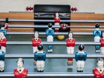 在关闭的微型橄榄球赛桌看法 库存图片