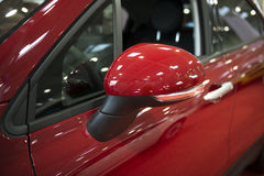 在关闭的汽车旁边镜子 免版税图库摄影