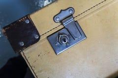 在关闭的特写镜头在一个老手提箱 免版税库存图片