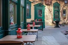 在其中一条的一个舒适咖啡馆巴登市皇家温泉镇的中央街道在维也纳附近的在圣诞节以后 奥地利 免版税库存图片