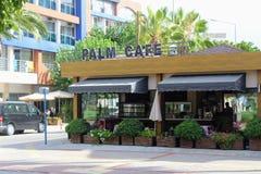 在其中一的一个典型的街道咖啡馆城市阿拉尼亚,土耳其的大街在2017年7月 库存照片