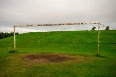 在其中一的一个生锈的橄榄球门沥青在Westfield公园,阿伯丁,苏格兰 库存图片