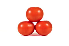 在其中每一的三个红色蕃茄在金字塔形状宏指令或关闭 免版税图库摄影