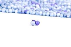 一颗蓝色和二颗紫罗兰色小的珍珠 免版税库存照片