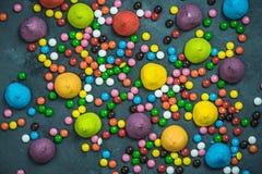 在具体板岩,顶视图的五颜六色和充满活力的甜点糖果 免版税图库摄影