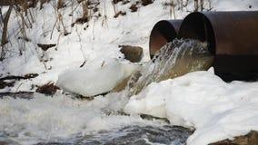 在具体管子外面的肮脏的水流量 危机生态学环境照片污染 影视素材
