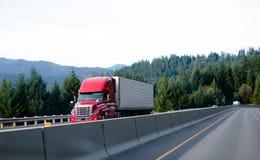 在具体篱芭d旁边的红色半当代卡车货物收帆水手 库存图片