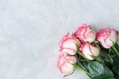 在具体背景的桃红色玫瑰花束 免版税库存图片