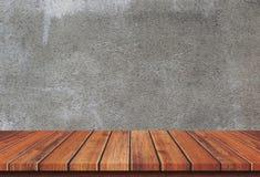 在具体背景的空的木台式 免版税库存照片