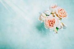 在具体背景的美丽的奶油色淡色玫瑰 新娘概念礼服婚姻纵向的台阶 顶视图,平的位置 免版税库存照片