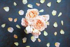 在具体背景的美丽的奶油色淡色玫瑰 新娘概念礼服婚姻纵向的台阶 顶视图,平的位置 库存照片