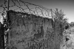 在具体,单色样式的生锈的铁丝网 免版税图库摄影