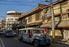 在典型的亚洲街道的滑稽的公共汽车 图库摄影