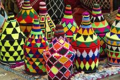 在典型的样式和颜色的五颜六色的被编织的纪念品待售 库存图片