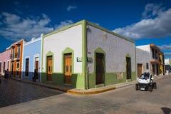 在典型的殖民地街道上的警车在坎比其,墨西哥 免版税库存照片
