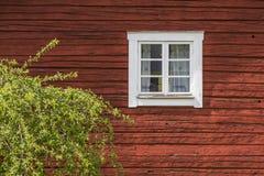 在典型的瑞典房子的窗口 免版税库存照片