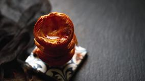 在典型的葡萄牙蛋馅饼葡萄牙式奶油挞的落的桂香 股票视频