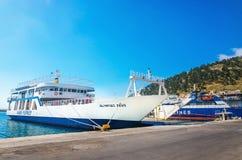 在典型的蓝色颜色绘的靠码头的希腊轮渡 库存图片